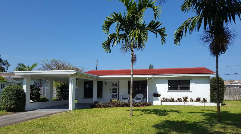 Front of House and Carport - Fort Lauderdale - Charming House Near Beach - Fort Lauderdale - rentals