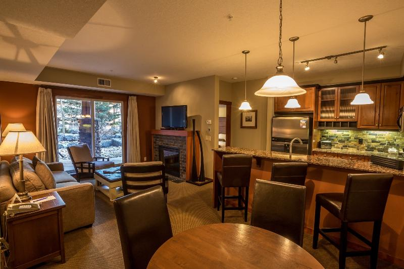 Gorgeous, spacious living area, with lots of natural light and high-end furnishings - Canmore Blackstone Mountain Lodge Beautiful 2 Bedroom Condo - Canmore - rentals