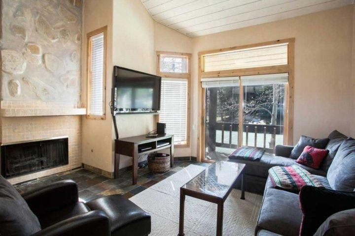 Uniquely updated and decorated for comfort and style. Relax by the fireplace, enjoy the flat screen TV or take in the fresh mountain air on the deck. - Ridgepoint Townhomes, Ski In/Ski Out, Hot Tub & Heated Pool, Beaver Creek luxury and convenience! - Avon - rentals