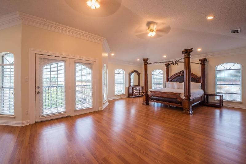 Third Floor Master Bedroom - 7 BEDROOM, 3 STORY HOUSE - GREAT FOR LARGE GROUPS - South Padre Island - rentals
