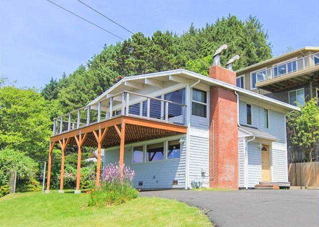Views, Giant Deck and Hot Tub, All in Beautiful Roads End! - Image 1 - Lincoln City - rentals