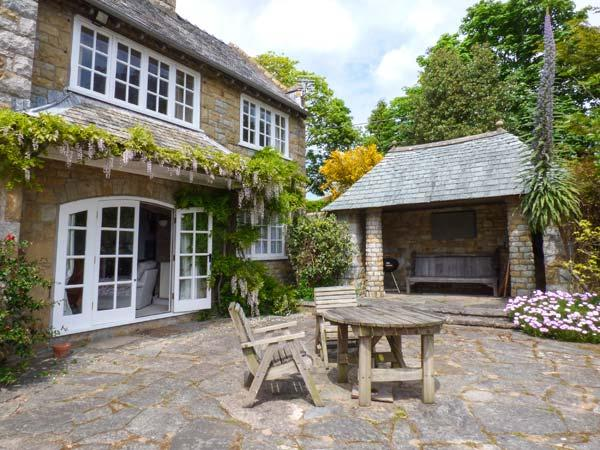 THE PATIO APARTMENT, excellent gardens with sea views, private access to beach, WiFi, parking, Abersoch, Ref. 927254 - Image 1 - Abersoch - rentals