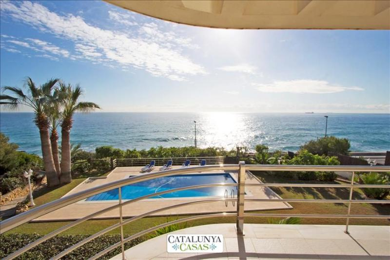 Luxury 5-bedroom beachside villa in Tarragona, just a few steps from the beach! - Image 1 - Tarragona - rentals