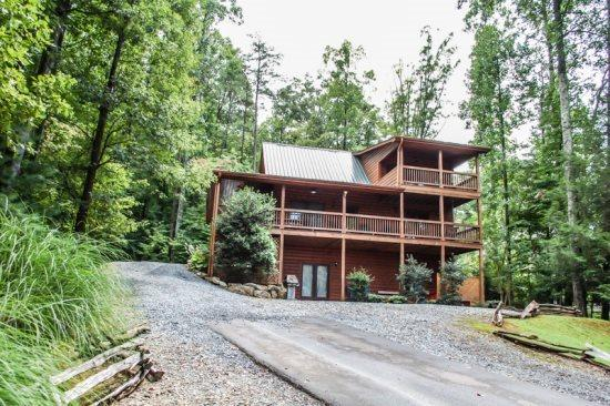 UP THE CREEK- 2BR/2BA, LUXURY LOG CABIN WITH STUNNING MOUNTAIN VIEWS, CREEK FRONTAGE, JETTED TUB IN MASTER SUITE, HOT TUB, PING PONG, FOOSEBALL, GAS LOG FIREPLACE, WIFI, STARTING AT $125/NIGHT! - Image 1 - Blue Ridge - rentals