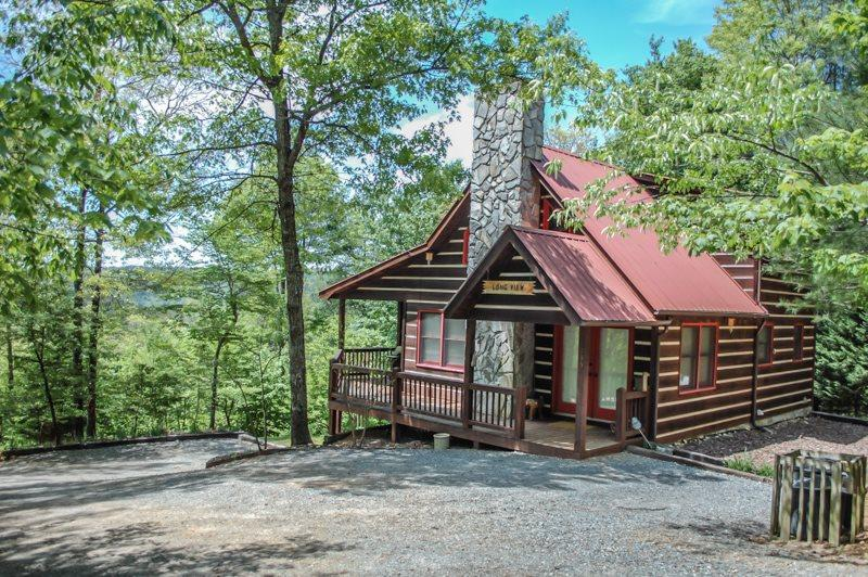 THE LONG VIEW- SECLUDED WITH BREATHTAKING MOUNTAIN VIEWS ,WiFi , AIR HOCKEY, FOOSBALL, LARGE PRIVATE HOT TUB, WOOD BURNING FIREPLACE, FIRE PIT, SCREENED PORCH OFF MASTER, SLEEPS 6, STARTING AT $127/NIGHT! - Image 1 - Blue Ridge - rentals