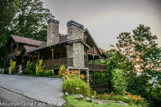 THE CREEKHOUSE- 4BR/3.5BA, SLEEPS 8, CABIN WITH BREATHTAKING MOUNTAIN VIEWS, WIFI, POOL TABLE, HOT TUB, GAS GRILL, PET FRIENDLY, GAS LOG FIREPLACE, WALKING DISTANCE TO THE LODGE, CAMELOT, AND BEAR NECESSITIES, STARTING AT $275/NIGHT! - Image 1 - Blue Ridge - rentals