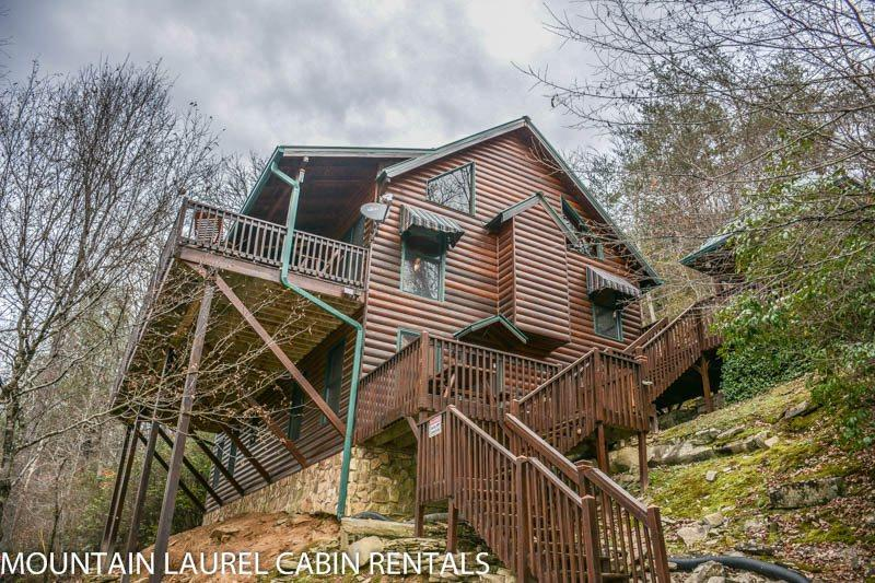 TOCCOA FISH TALES- 3BR/2BA CABIN ON THE TOCCOA RIVER TAILWATERS, WALKING DISTANCE TO TOCCOA RIVER RESORT,HOT TUB, FOOSBALL, GRILL, WIFI, JETTED TUB, NOT TO MENTION EXCELLENT FISHING! STARTING AT $200/NIGHT! - Image 1 - Blue Ridge - rentals