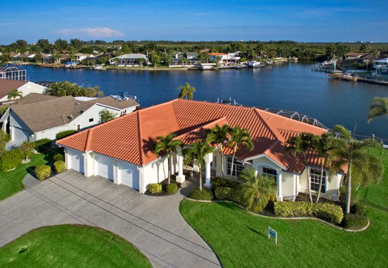 Front entrance - Villa Dolphin - Optional 27ft Speedboat - Cape Coral - rentals