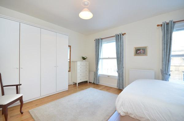 Bright and spacious 1 bedroom apartment with 24 hour security, access to swimming pool, squash court and gym within the building on Kensington Gardens Square - Image 1 - London - rentals