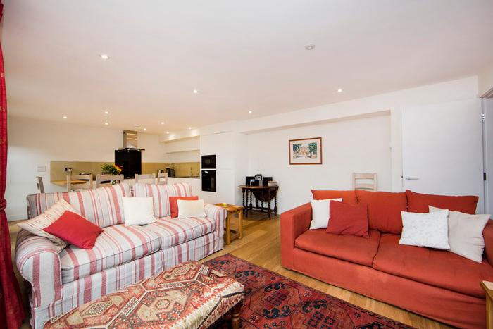 Up-market and comfortable one bedroom apartment just minutes from the river Thames. - Image 1 - London - rentals