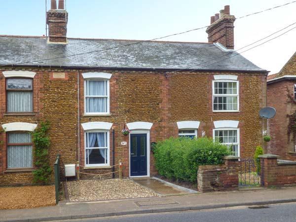 DUCK COTTAGE, terraced cottage, garden, close to village centre, in Snettisham, Ref 934159 - Image 1 - Snettisham - rentals