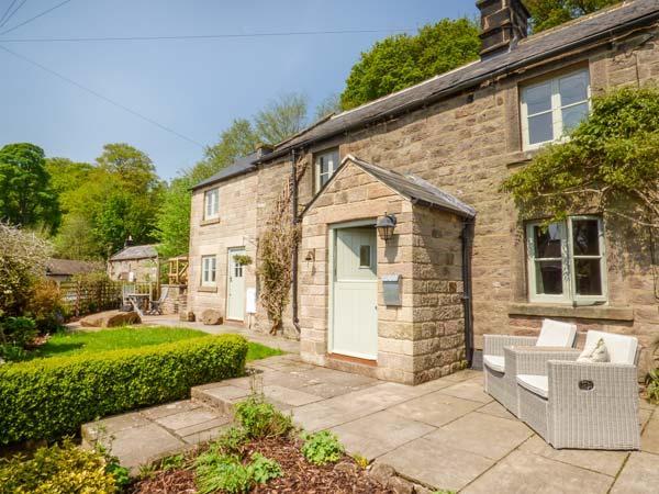 HOLMEFIELD, superb cottage with woodburner, WiFi, lovely gardens, unusual master bedroom, Birchover Ref 916470 - Image 1 - Birchover - rentals