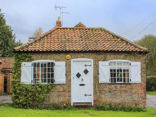 WISTERIA COTTAGE, cosy, romantic cottage, king-size bed, ideal for a couple, in Old Bolingbroke, Spilsby, Ref 937715 - Image 1 - Spilsby - rentals
