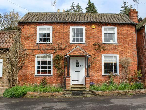SWYNFORD COTTAGE, open fire, en-suite, enclosed patio, ideal for families and friends, in Old Bolingbroke, Spilsby, Ref 937716 - Image 1 - Spilsby - rentals