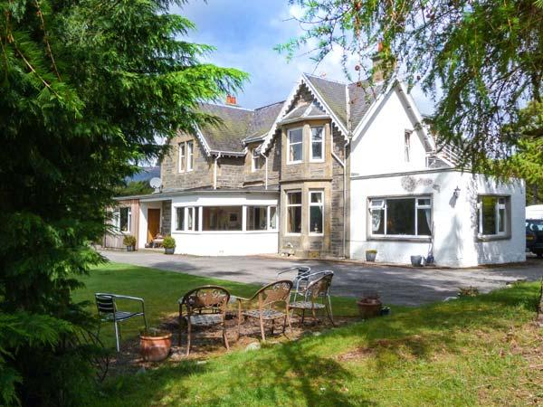 TALL PINES LODGE, woodburning stove and open fire, WiFi, pet-friendly, Newtonmore, Ref 915893 - Image 1 - Newtonmore - rentals
