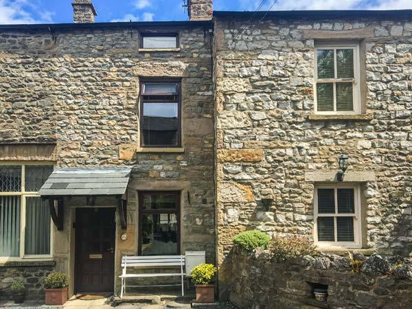 OLD FARM COTTAGE, character cottage, electric stove, off road parking, in - Image 1 - Kirkby Lonsdale - rentals