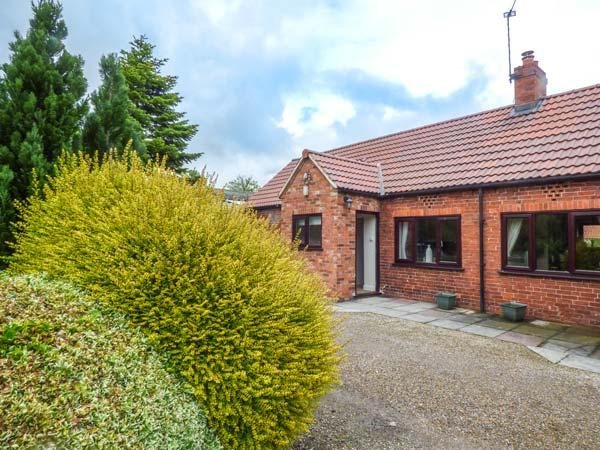 THE PADDOCK, all ground floor, woodburning stove, en-suite, on-site tennis and golf, York, Ref 931715 - Image 1 - York - rentals