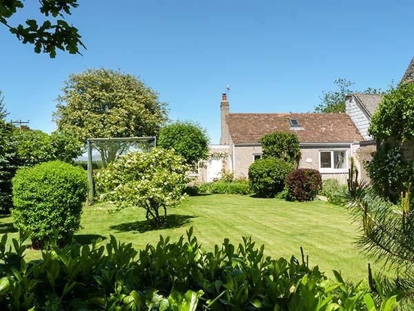 ROSE COTTAGE, semi-detached, single-storey, woodburner, shared garden, in Edzell, Ref 932833 - Image 1 - Edzell - rentals