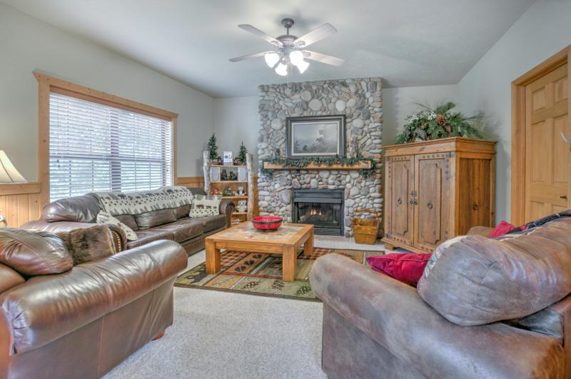 SAVE NOW SEP 19-21,26-30/BEAR CREEK CABIN/Cabins@Grand Mountain/Off 76/3 King Beds/Indoor Pool/Sleeps 8 - Image 1 - Branson - rentals