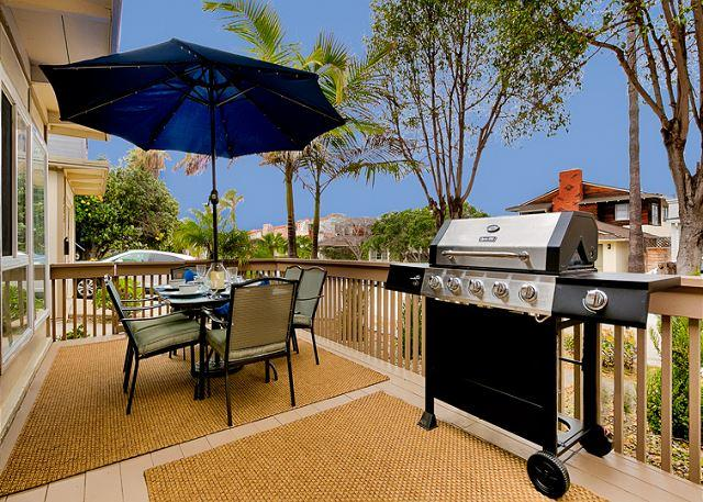 Front Patio with table for 4 and a barbecue for al fresco dining. - 15% OFF FEB - Newly remodeled, outdoor living, steps to Windnsea Beach! - La Jolla - rentals