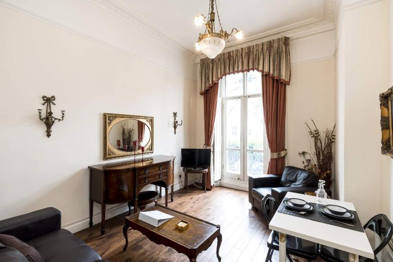 Fantastic living area with access to your private balcony - **CLASSIC Hyde Park** With BALCONY!!! *Free WI-FI* - London - rentals