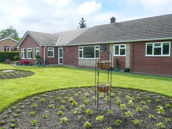 TAYBERRY, single-storey annexe, country setting, great walking and touring, Sarn Ref 931944 - Image 1 - Mellington - rentals