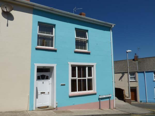 DRINGARTH, town house, enclosed garden, WiFi, Tenby, Ref 938184 - Image 1 - Tenby - rentals