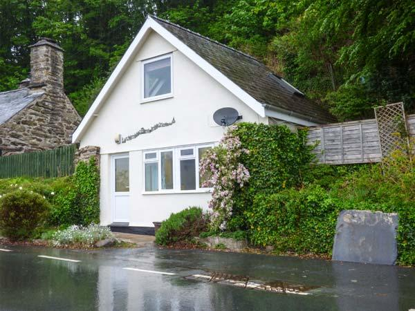 BRYN MELYN ARTIST'S COTTAGE, pet-friendly, mountain views, walks from the door, Dolgellau, Ref 938380 - Image 1 - Dolgellau - rentals