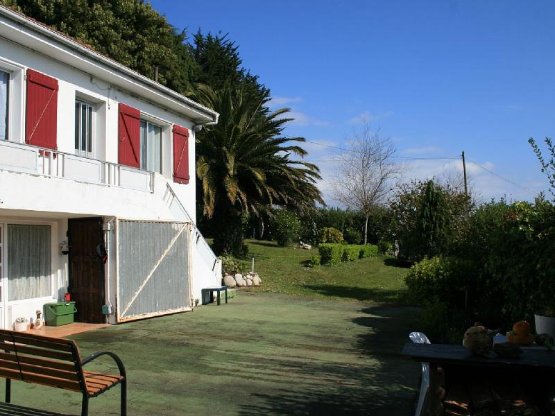 Lovely beachside house next to beach in Malpica. - Image 1 - Malpica de Bergantinos - rentals