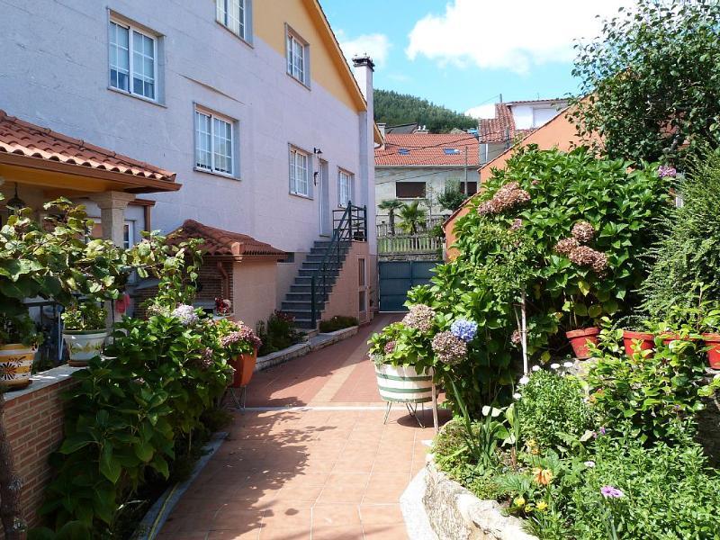 Peaceful holiday villa near the beach - Image 1 - San Xoan de Poio - rentals