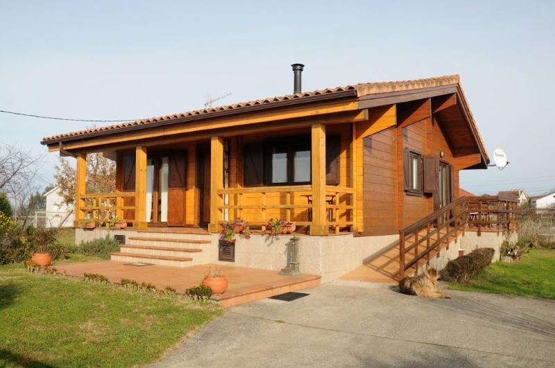 Charming family friendly log cabin near the beach - Image 1 - Ribadumia - rentals