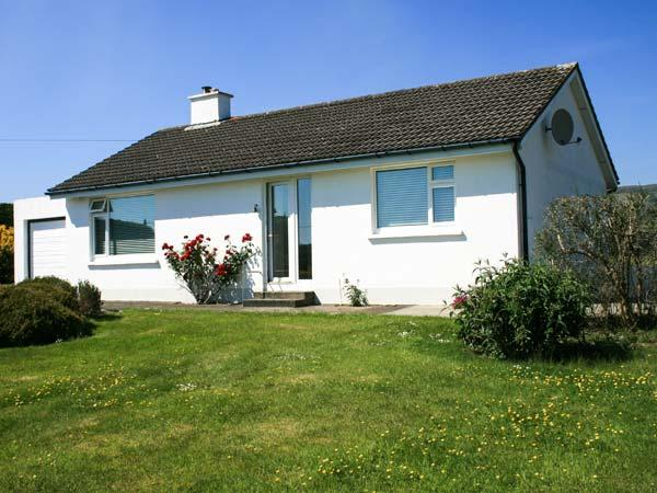 HEATHFIELD, all ground floor, detached, solid fuel stove, off road parking, enclosed garden, Schull, Ref 931366 - Image 1 - Schull - rentals
