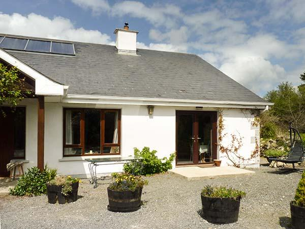 CLUAIN COTTAGE, semi-detached, woodburner, WiFi, pet-friendly, working farm, nr Wicklow, Ref 931967 - Image 1 - Shillelagh - rentals
