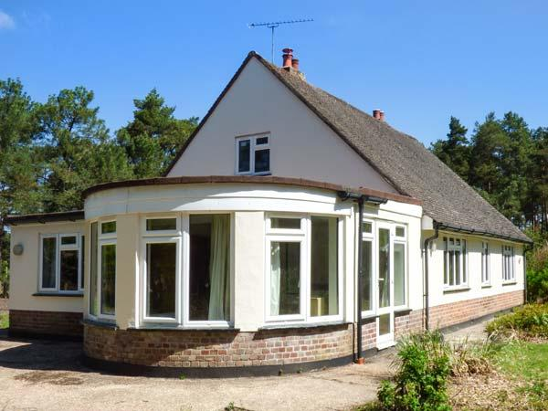 THE ROWANS, pet-friendly woodland cottage, garden, walking trails, Saint Ives Ref 934326 - Image 1 - St Leonards - rentals