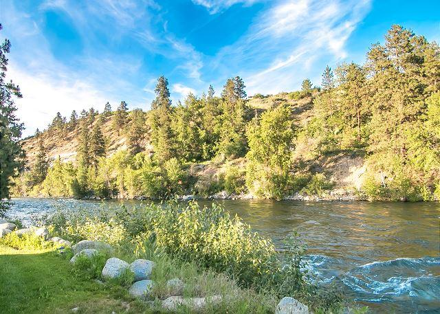 Nestled on the Wenatchee River  - Leavenworth River Haus~1.5 miles to Leavenworth, Wi-Fi, Hot Tub, Sauna, River - Leavenworth - rentals