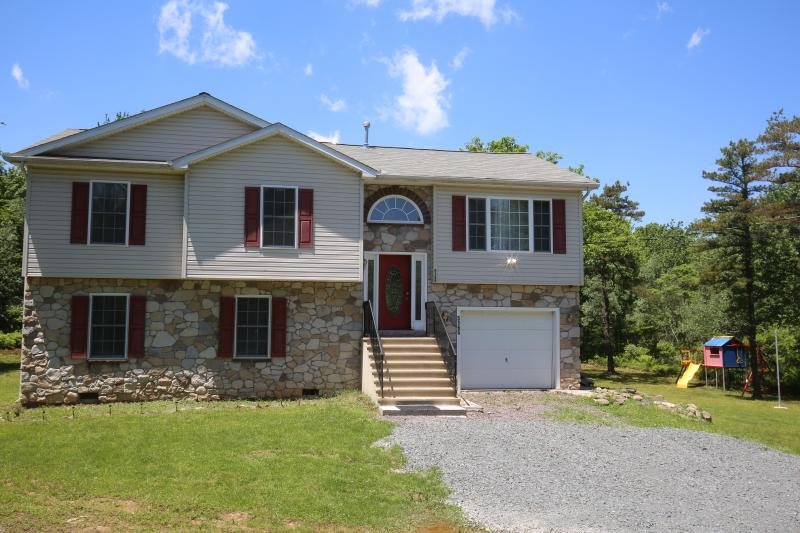 Front view  - w MINUTES to WATER PARKS~CAMEL BACK SKI AREA~JACK FROST SKI AREA / HOT TUB~PS3 - Mount Pocono - rentals