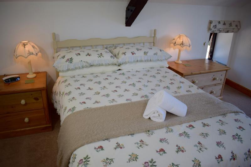 Honeysuckle's pretty bedroom - Honeysuckle Cottage, Ocean Views in North Devon - Hartland - rentals