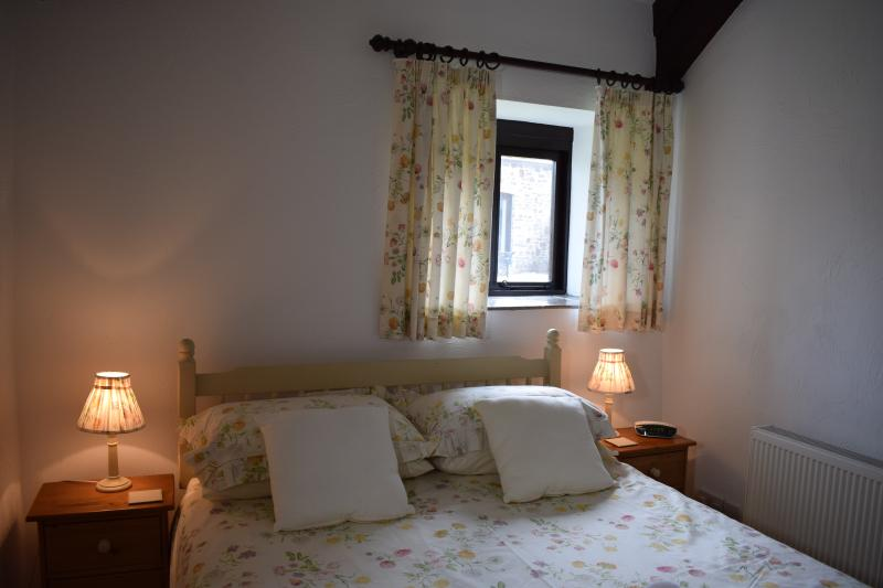 Jasmine's Master Bedroom - Jasmine Cottage, Ocean Views in North Devon - Bideford - rentals