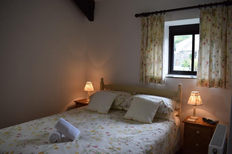 Jasmine's main bedroom - Jasmine Cottage, Ocean Views in North Devon - Hartland - rentals