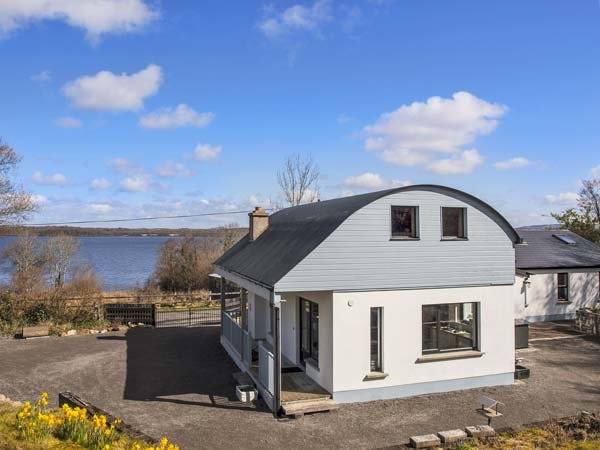 LAKESHORE COTTAGE, detached, en-suite, solid fuel stove, off road parking, garden, in Kinlough, Ref 932056 - Image 1 - Kinlough - rentals