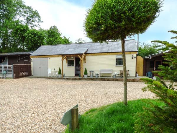 LONGHOUSE LODGE, timber lodge, king-size double, woodburner, Jacuzzi bath, in Mannington, Wimborne, Ref 935090 - Image 1 - Wimborne - rentals