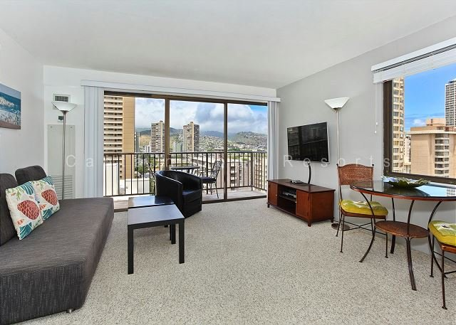 Corner unit with mountain view, full kitchen, AC, and free WiFi and parking! - Image 1 - Waikiki - rentals