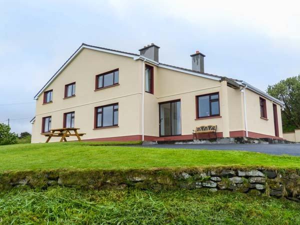KILLARY VISTA, open fire, all ground floor, sea views, Tyllcross, Ref 936615 - Image 1 - Tullycross - rentals
