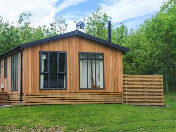 EWE LODGE, single-storey lodge, woodburner, en-suite, hot tub, in Allithwaite, Ref 935105 - Image 1 - Allithwaite - rentals