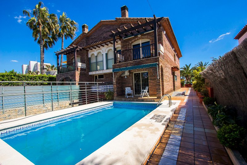 Alluring villa in Cambrils, just steps away from the beaches of Costa Dorada! - Image 1 - Cambrils - rentals