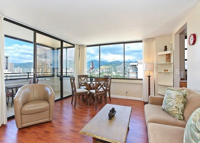 Mountain and Ocean Views, washer/dryer, WiFi, A/C, pool & parking! - Image 1 - Waikiki - rentals