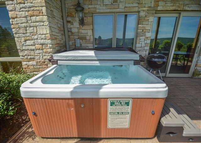 Hot Tub - Appealing 3 bedroom townhome w/ hot tub offers stunning views! - McHenry - rentals