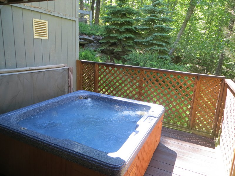 Relax in the private outdoor hot tub - Mountainside Hideaway,walk to pool,hot tub,midweek - Bushkill - rentals