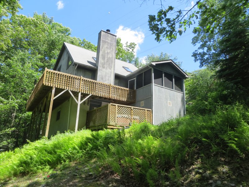 House-hot tub deck, wrap around deck and screened porch - Mountainside Hideaway,walk to pool,hot tub,midweek - Bushkill - rentals