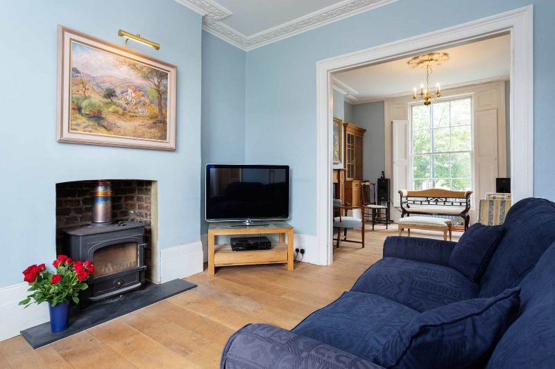 Beautiful four-bed house sleeping up to 8, Located in Islington,  perfect for a family or group. - Image 1 - London - rentals